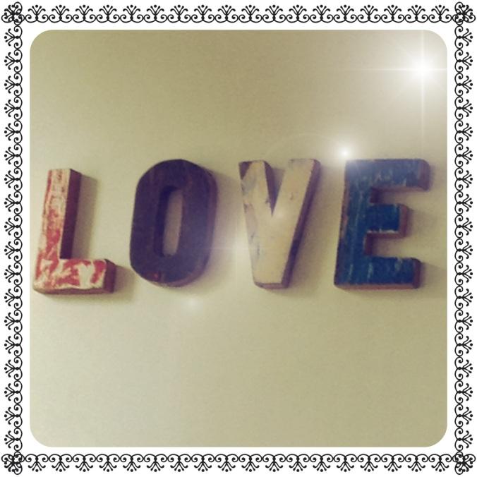 Mot LOVE en bois