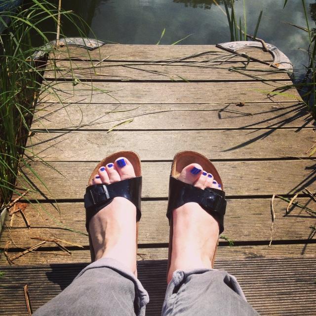 pieds au bord de l eau