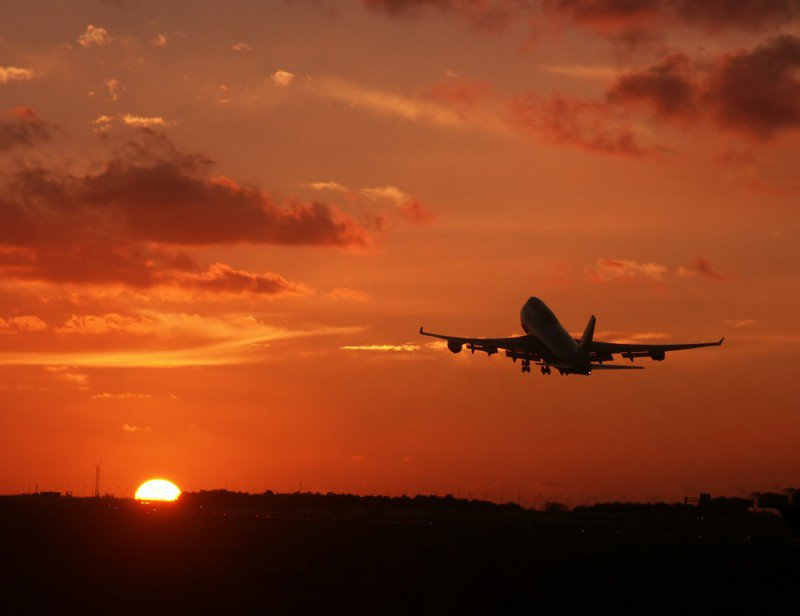 avion en vol coucher de soleil.jpg