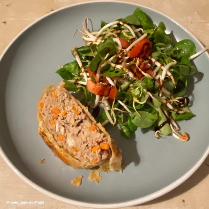 feuilleté à la viande et salade